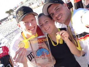 Malte Blanck, Margit Müller und Michy Schulenberg (v.l.) gewannen mit der deutschen Beach-Mixed-Nationalmannschaft die Goldmedaille der WM 2015 in Dubai